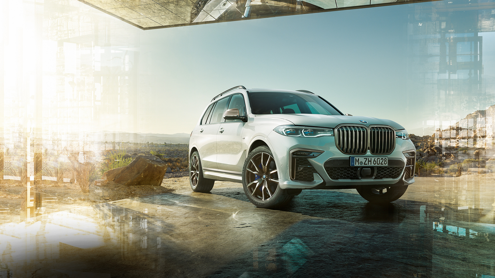BMW X7 M50d: standing, white BMW X7 from the three-quarter front view