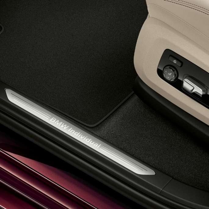 Close-up of the door sill of the BMW X7 with BMW Individual X7 40i xDrive features